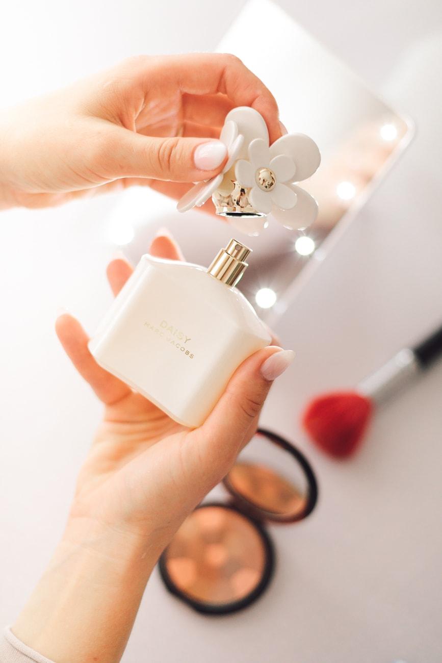 Perfumy Marc Jacobs w dłoniach Panny Młodej