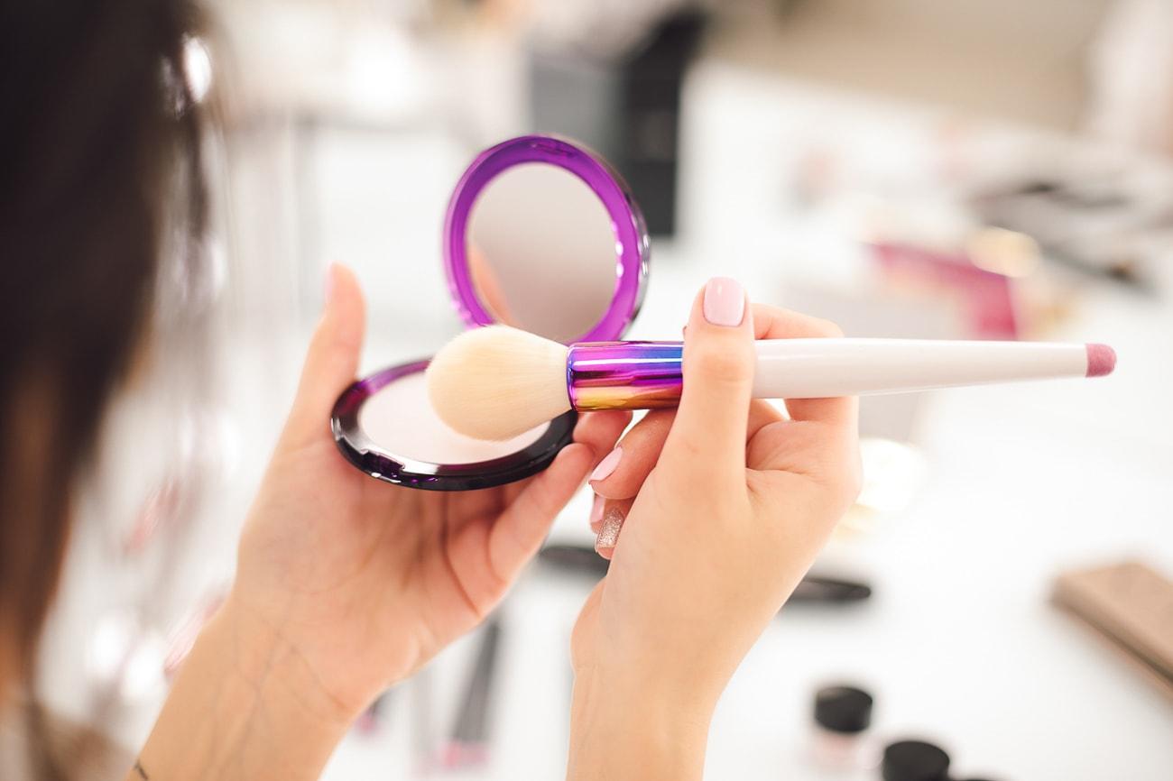 Kosmetyki kolorowe najwyższej jakości sprawią, że twój wygład będzie trwały przez całą noc.
